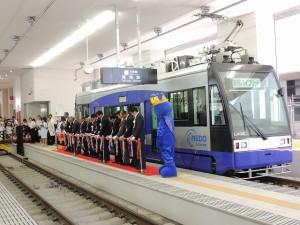 万葉線にハイブリッドトラム運行中(2014年8月13日まで)