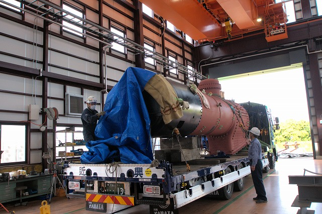 東武鉄道:C11形123号機のボイラーがSL検修庫に到着